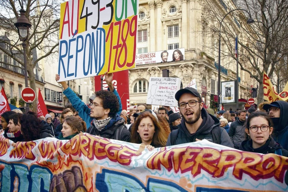 Тысячи граждан, которых уже не могут выносить безразличие властей, вышли на манифестацию против пенсионной реформы во вторник, сразу после применения 49-3 статьи Конституции.