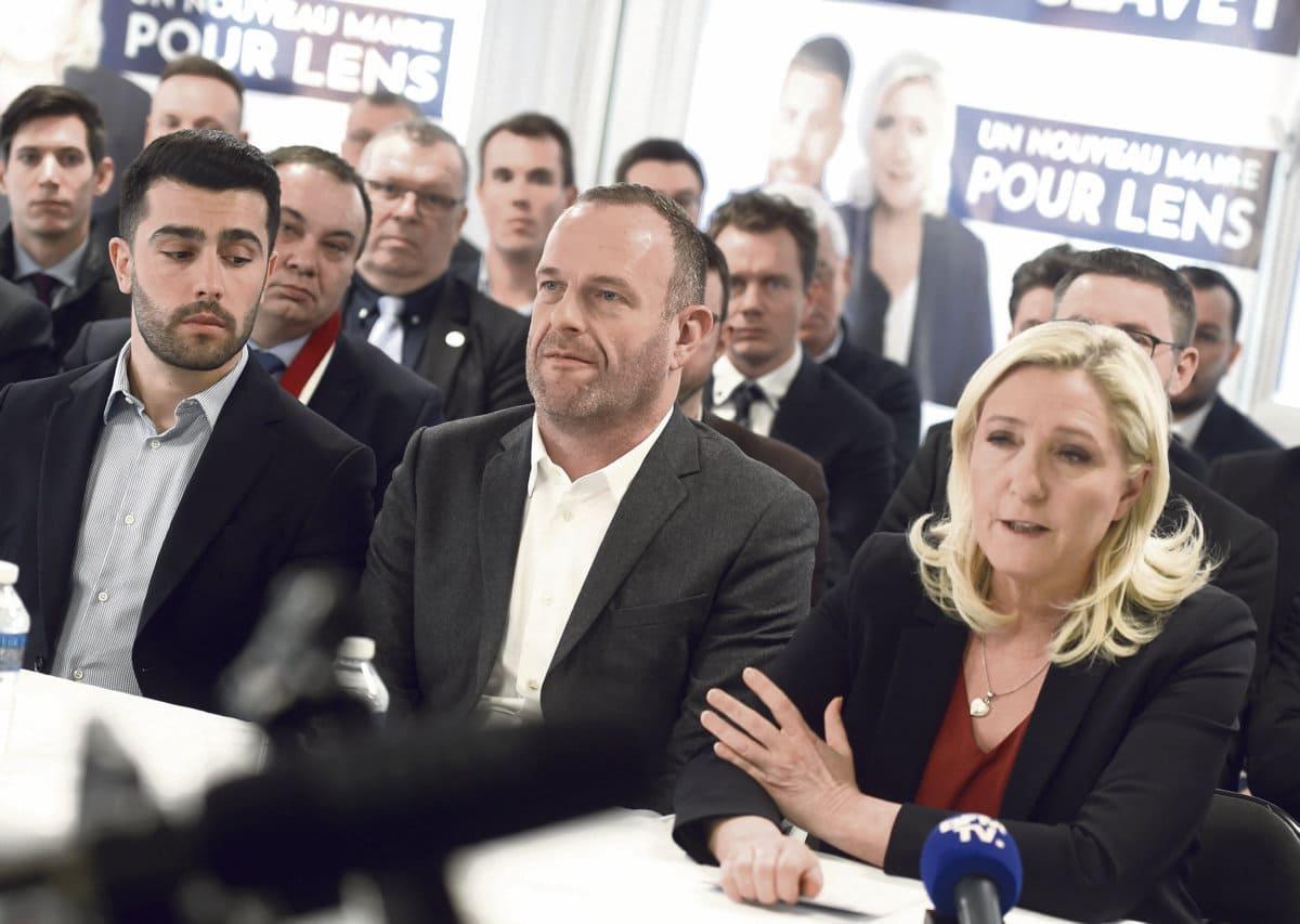 Партия Марин Ле Пен победным маршем движется к мартовским выборам, однако это триумфальное шествие не обходится без трудностей. Несмотря на то, что «Национальное объединение» (НО) почти наверняка сможет преумножить количество своих однопартийцев в органах власти, Марин Ле Пен, похоже, готовится к неудачному для неё исходу голосования.