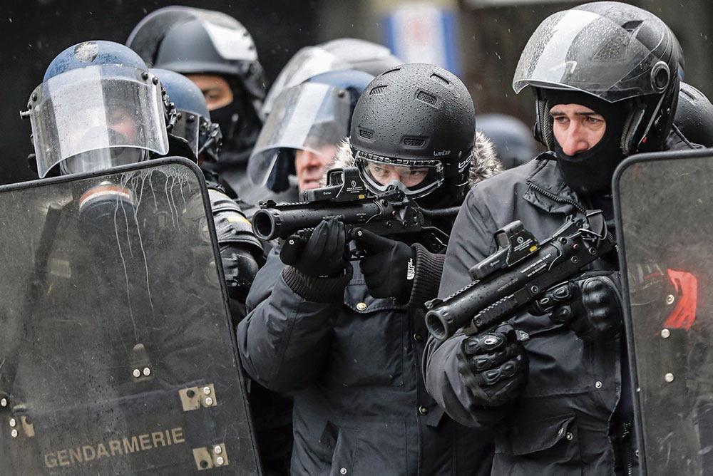 В докладе французской Ассоциации христиан против пыток (Acat-France), опубликованном в среду утром, подробно рассказывается о жестоких методах, применяемых жандармами и полицейскими во время забастовок. «Они руководствуются политическими установками», - уверена Марион Гема, автор этого документа, эксперт Acat по деятельности полиции, органов правосудия и тюрем. Пусть не летальное, но опасное оружие, превентивные задержания, безнаказанность полицейских... Гема говорит о недостатках в работе системы и предлагает пути к созданию новой доктрины.