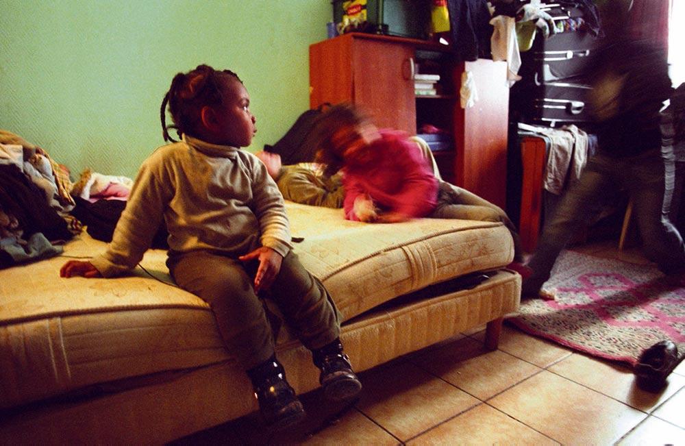 В условиях, когда все оказались заперты дома на неопределённое время, физическое и психическое здоровье семей, проживающих в квартирах с плохими жилищными условиями, находится под угрозой.