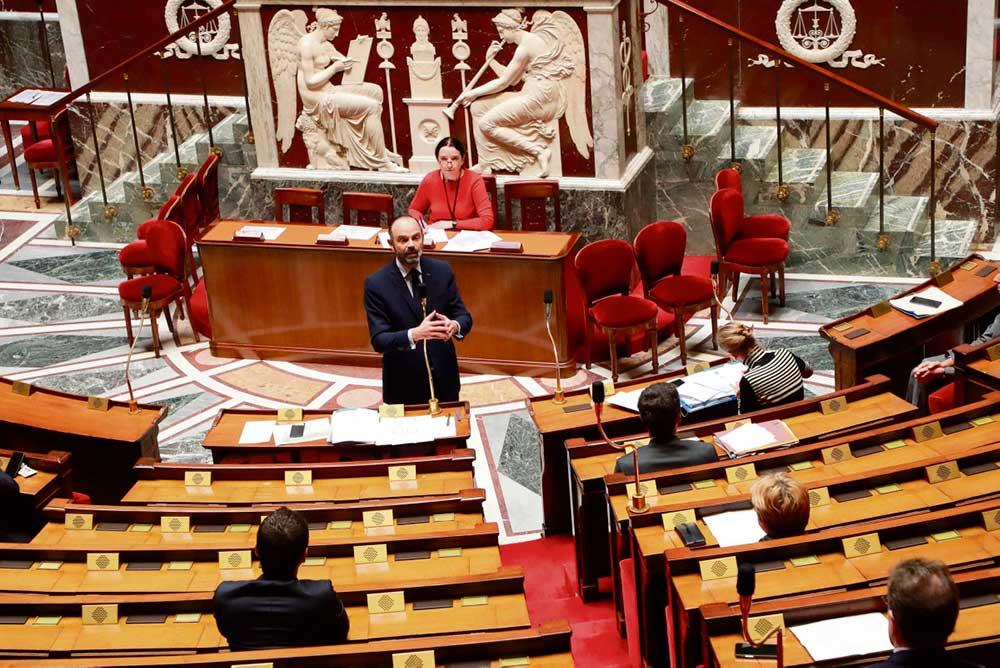 В четверг утром на «правительственном часе» в Парламенте депутаты левых фракций не упустили возможности задать вопросы о том, что делается для защиты людей, вынужденных ходить на работу.