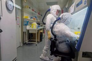 Специалисты французского Института здравоохранения и медицинских исследований (Inserm), работающие над созданием лекарства от коронавируса, проводят клинические испытания, первые результаты которых могут быть объявлены уже в ближайшее время. Защитники хлорохина критикуют их за использование сомнительных методик и потерю времени, что уже стоило жизни многим пациентам.