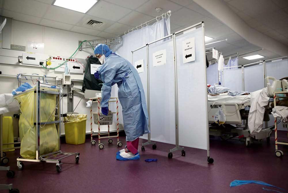 Тысячи медицинских работников уже несколько недель ведут борьбу с вирусом, спасая пациентов. И заразились сами.