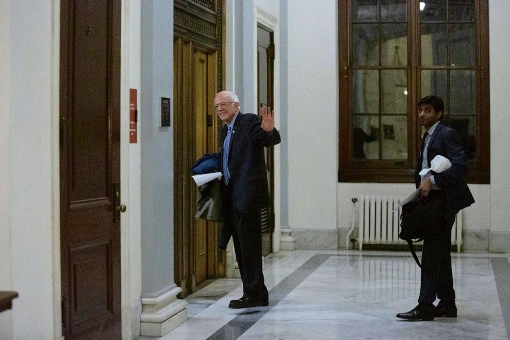 В среду вечером социалистический сенатор от Вермонта объявил: в условиях небывалого санитарного и социального кризиса он больше не будет бороться за голоса избирателей в рамках праймериз от демократов.