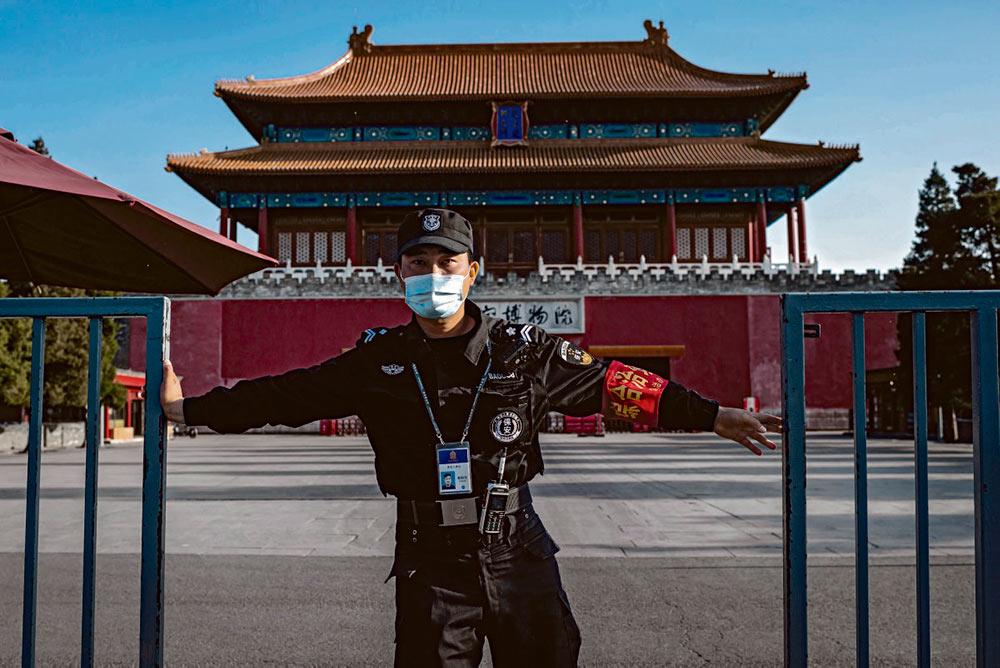 Вторая крупнейшая мировая держава в последнее время стала объектом консолидированных нападок. Бросаемые ей вызовы и риск экономической нестабильности вынуждают Пекин отвечать симметрично.