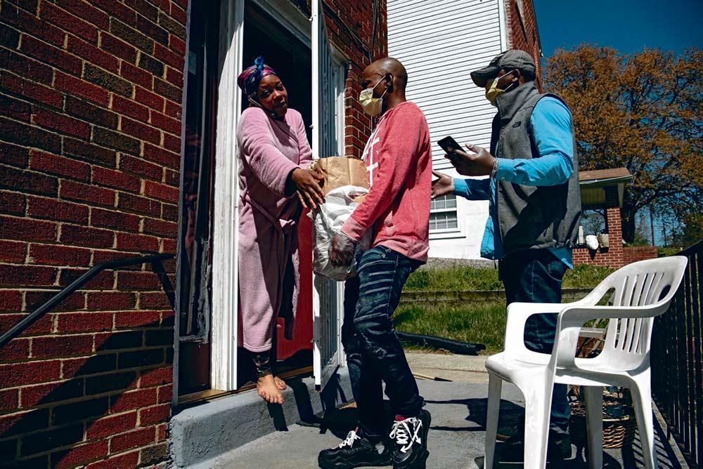 Жители гетто в мегаполисах США умирают в 3-5 раз больше жителей престижных районов. Отсутствие медицинской страховки и перманентная нищета увеличивают вероятность гибели от Covid-19.