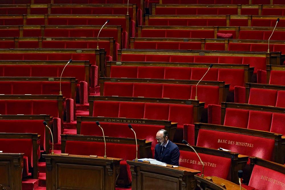 Сегодня, когда до 11 мая осталось три недели, премьер-министр заявил, что правительство «берёт паузу» для принятия решения о том, как действовать после этой даты. Представители левых политических сил требуют прислушаться к мнению парламента.