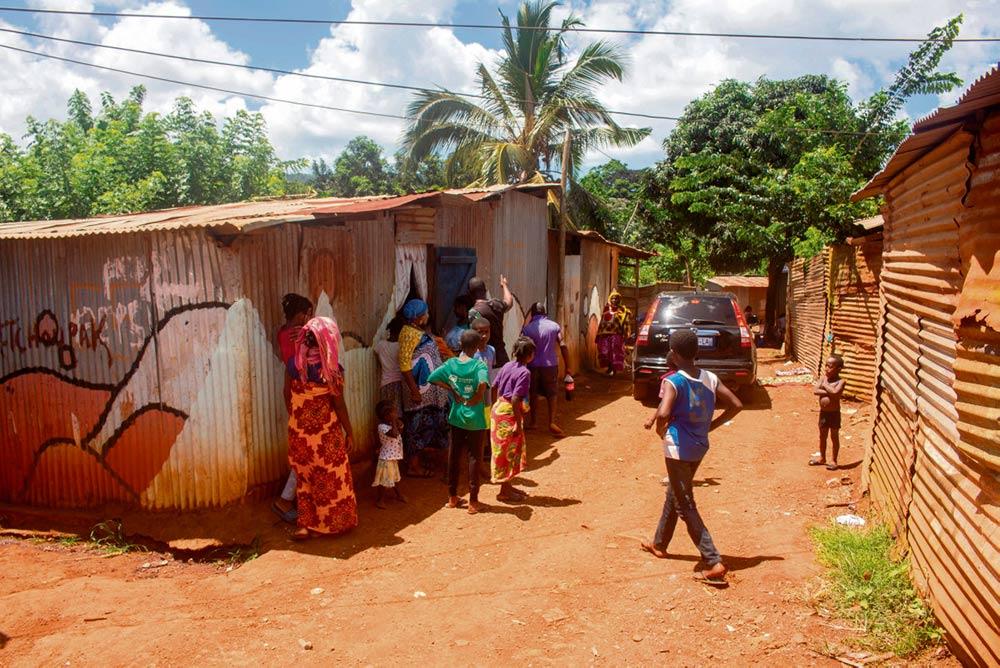 Заморские территории Франции, куда эпидемия пришла на несколько недель позже, чем в метрополию, тоже страдают от кризиса: к напряжённой социальной обстановке здесь добавляются и проблемы с продовольствием. Жёсткие карантинные ограничения (вплоть до введения комендантского часа), установленные на Мартинике, в Майотте, Гваделупе, Гвиане и Полинезии, оказывают сильнейшее влияние на экономику, однако объём помощи, которую правительство обещало оказать этим регионам, пока не пересматривается в сторону увеличения. А между тем время не ждёт...