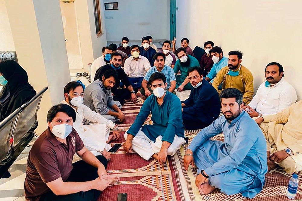 Врачи и медсёстры жалуются на нехватку средств для борьбы с коронавирусом. Некоторые из них уже заражены, есть и первые жертвы.