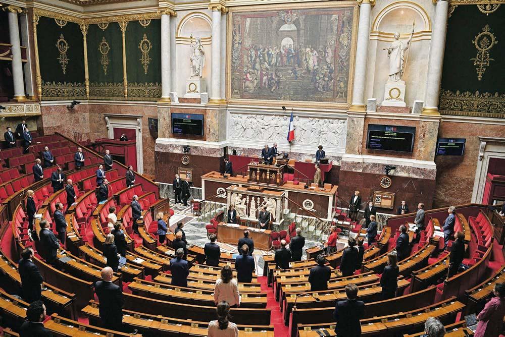 Премьер-министр сделал много объявлений перед депутатами Национальной ассамблеи относительно 11 мая, но конкретные вопросы пообещал разъяснить позже. По предложенной им декларации проведено голосование, результаты которого не носят обязательного характера (368 «за», 100 «против»).