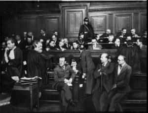 Чтобы уничтожить запрещённую к тому времени ФКП, поддержавшее Мюнхенский сговор правительство после подписания пакта о ненападении между Берлином и Москвой взялось за депутатов. Их судили военным трибуналом, за закрытыми дверями...