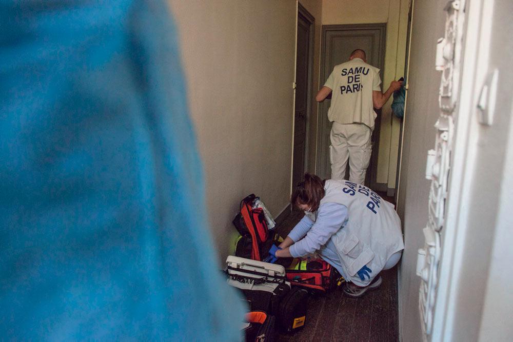 Об этих людях не говорит в ежедневных сводках генеральный директор здравоохранения. Но по данным института Insee во Франции число умерших вне стен больниц или домов престарелых в апреле выросло на 26 %. Профсоюз врачей говорит о 9 000 смертельных случаев от Covid-19 в городах.