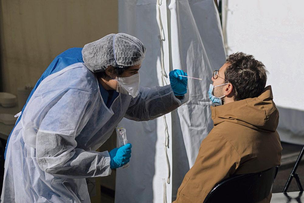 Задача делать 700 000 тестов на коронавирус в неделю, поставленная вчера Эдуаром Филиппом, после 11 мая может оказаться недостаточной, или даже недостижимой. Причина заключается в том, что на протяжении двух месяцев политики медлили с принятием решений и устанавливали административные барьеры для государственных служб.