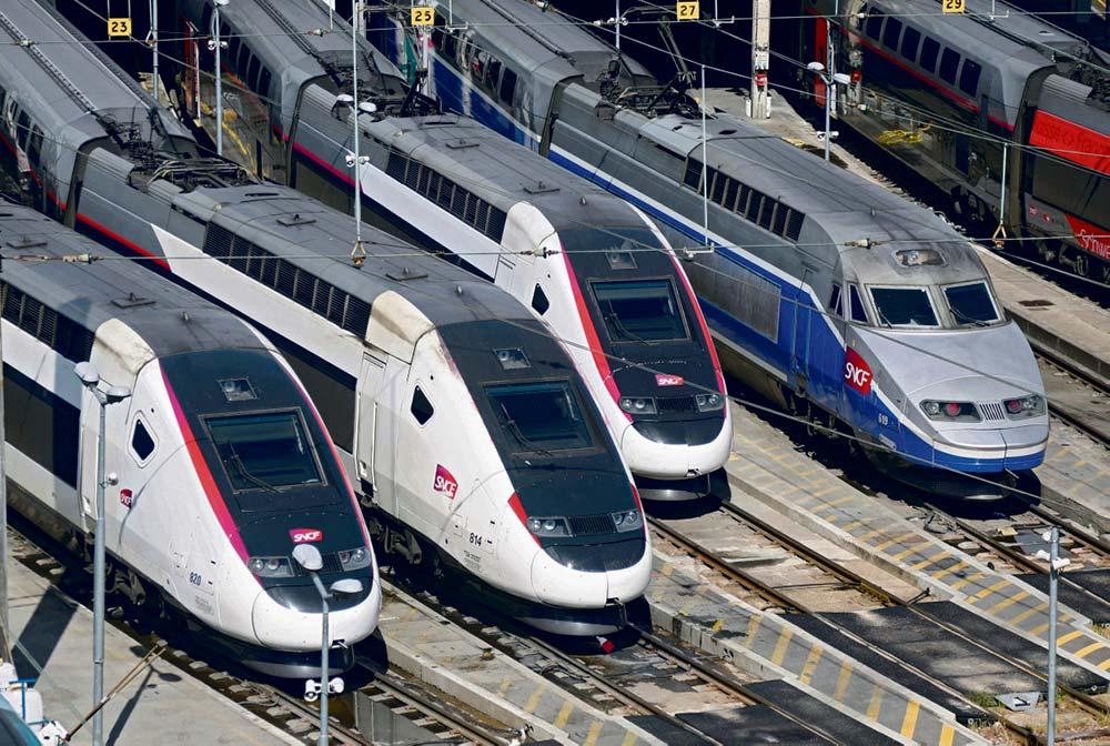 Глава холдинга SNCF обратился к властям Франции с просьбой о поддержке, пригрозив массовыми увольнениями. Правительство медлит с ответом.