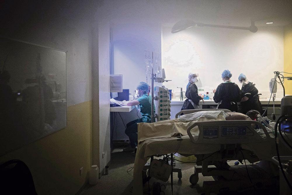 Чтобы компенсировать молчание властей по этому вопросу, профсоюз ВКТ запустил кампанию массового анкетирования медицинского персонала с целью определить масштабы нехватки материалов и последствий этого. По данным профсоюза, как минимум 12 000 сотрудников сестринского персонала были заражены.