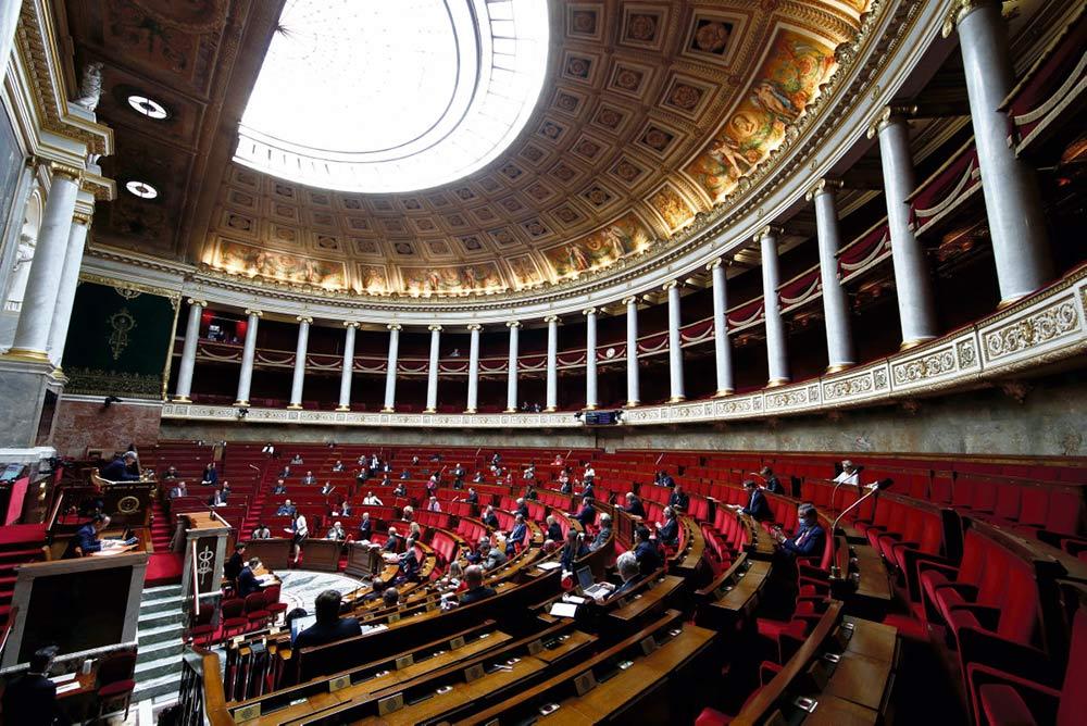 В среду депутаты от ФКП выступили против обсуждения закона, не связанного с кризисом коронавируса, ведь из-за эпидемии Covid-19 заседания Нижней палаты Парламента проводятся в ограниченном составе.