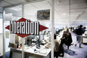 Компания Altice France хочет передать редакцию ежедневного издания «независимой» и «некапиталистической» структуре. Шокированные сотрудники пытаются понять цель такого решения.