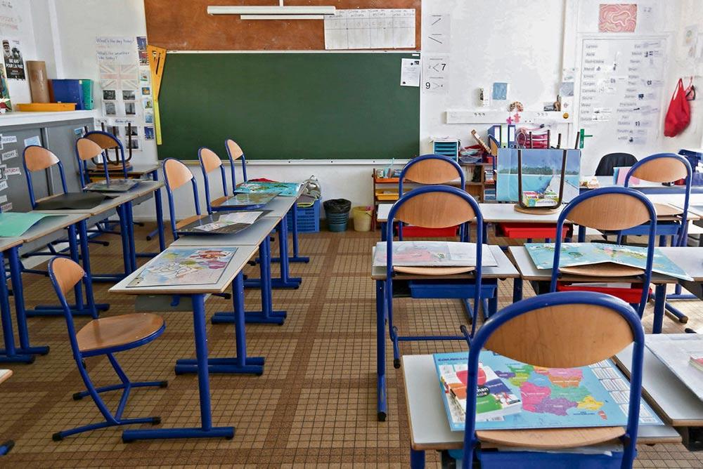 Многие школы вынуждены были закрыться из-за подозрения на заражения Covid-19. Иногда это решение становится предметом спора между городским управлением и дирекцией школы, как это произошло в городе Фекан, департамент Приморская Сена.