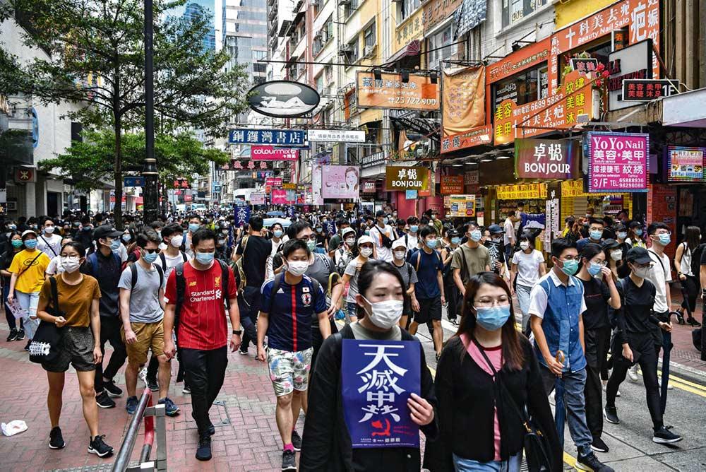 Парламент Китая рассматривает закон о национальной безопасности. В минувшее воскресенье тысячи человек вышли на улицы Гонконга, выражая несогласие с отменой принципа полуавтономии. Дональд Трамп угрожает санкциями в случае одобрения этого документа.