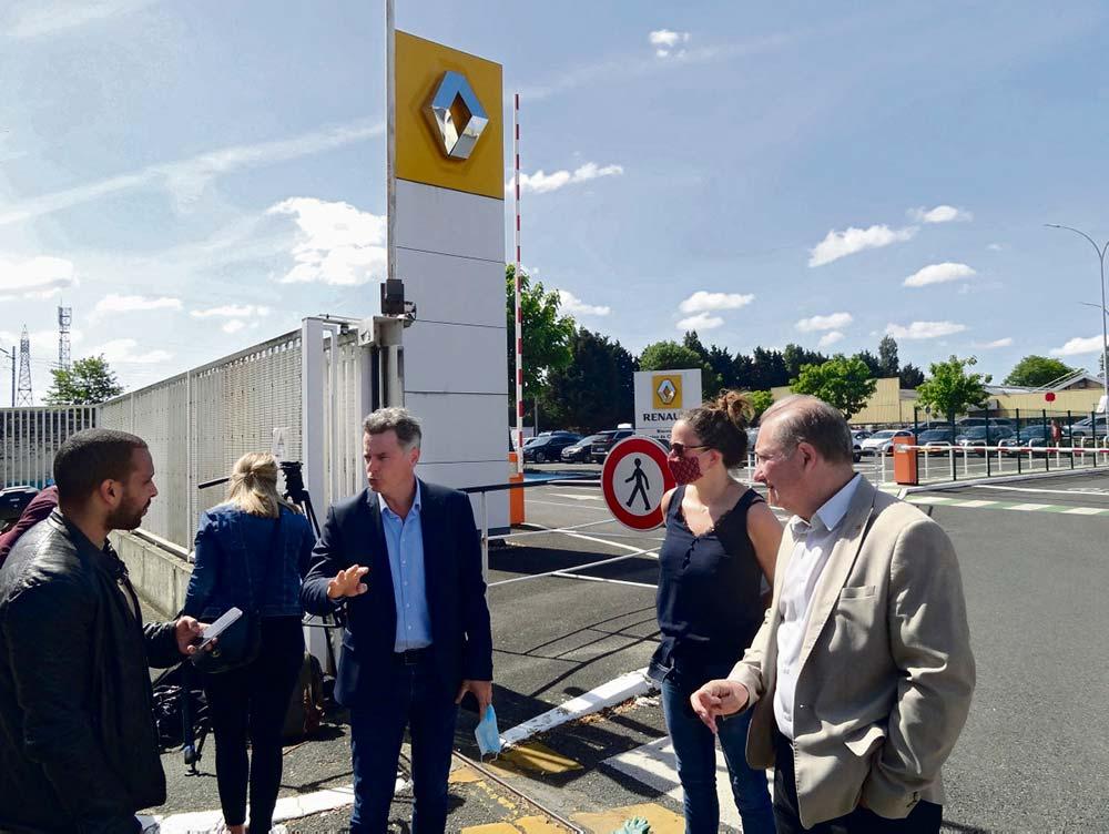 В понедельник генеральный секретарь ФКП приехал на один из заводов компании Renault, которые руководство компании планирует закрыть. Однако на территорию завода его не пустили.