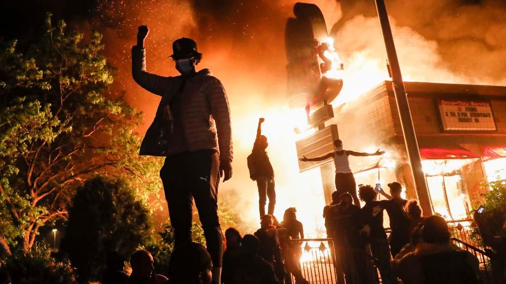 Два дня, а точнее, две ночи, с четверга на пятницу и с пятницы на субботу, в столице штата Миннесота проходили народные волнения. Причиной послужило убийство полицейским закованного в наручники афроамериканца. Согласно данным сайта 24/7WallSt, в этом штате проявления неравенства между чёрными и белыми случаются чаще всего и жёстче всего.