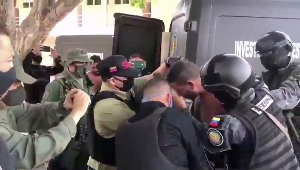 Отряд из пятнадцати человек, двое из которых являются гражданами США, был захвачен на берегах Карибского моря при попытке вооружённого вторжения. В Штатах бывший боец спецназа, ставший наёмником, говорит о «контракте» с оппозиционером Хуаном Гуайдо.