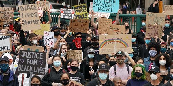 В США проходят массовые выступления протеста социальной и антирасистской направленности, равных которым страна не знала с 1968 года, а Дональд Трамп тем временем заигрывает со своим электоратом и продолжает искать козла отпущения.