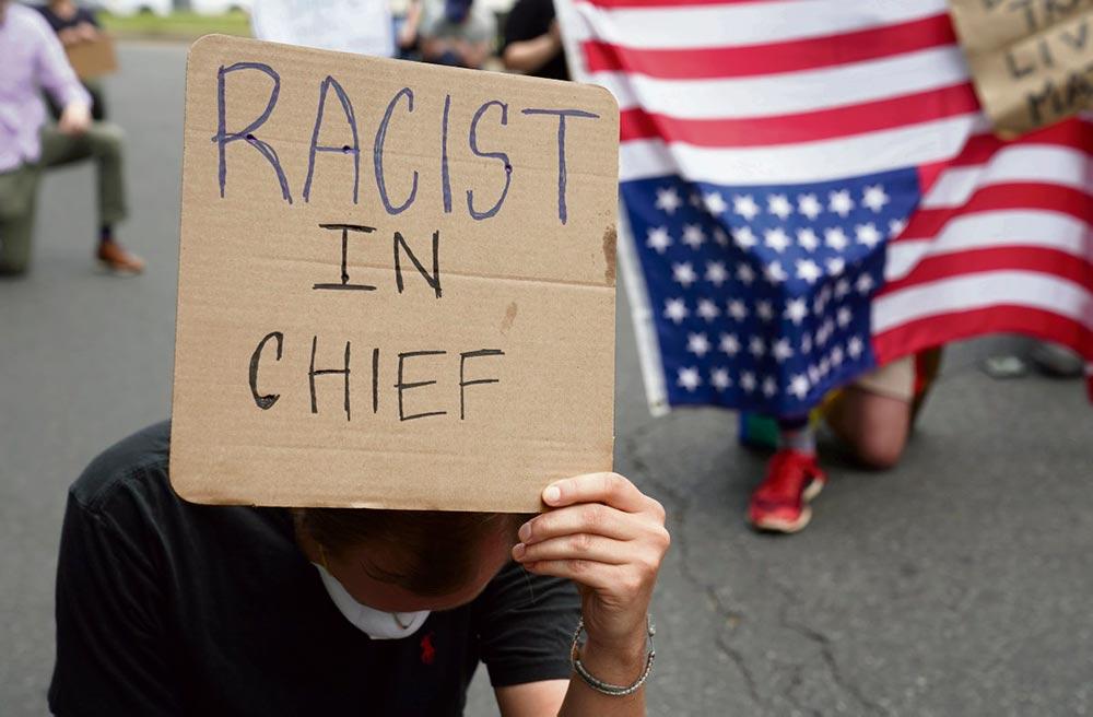 Столкнувшись с коронавирусом и акциями протеста против полицейского насилия, администрация Трампа решила продолжать избранный ею курс на размежевание и усиление мер безопасности, считает Джон Мэйсон, преподаватель политологии университета Уильяма Патерсона (штат Нью-Джерси).