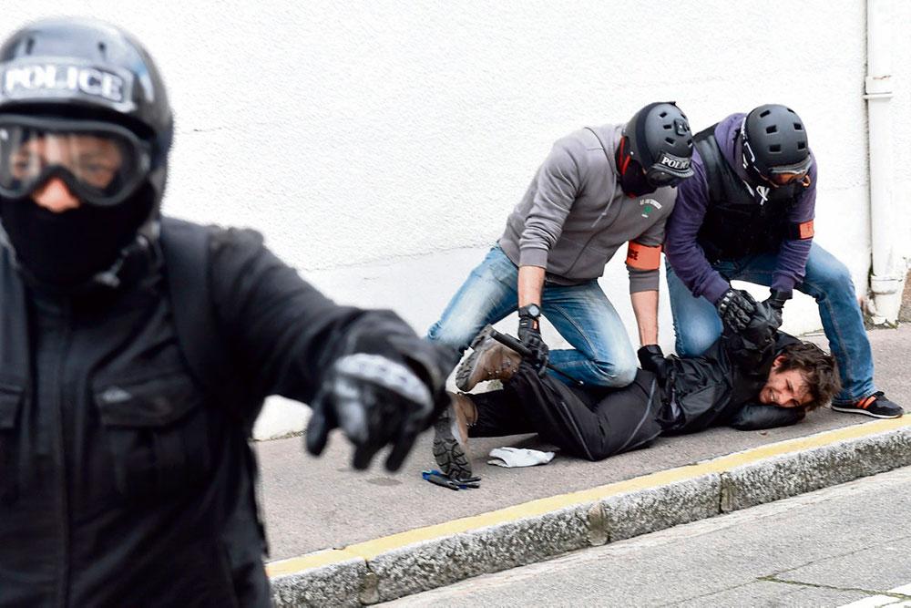 Власти проигнорировали сообщения независимой административной организации Dedenseur des droits о неэтичном поведении сотрудников правоохранительных органов. Только под давлением общества правительство обещало разобраться с этой проблемой.