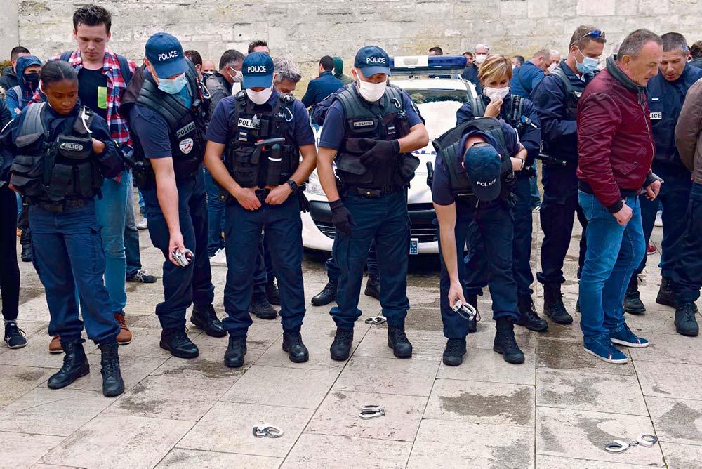 Расценив недавнее решение министра внутренних дел как проявление недоверия, в четверг сотни полицейских вышли на улицы, чтобы выразить несогласие с запретом на использование удушающих приёмов.