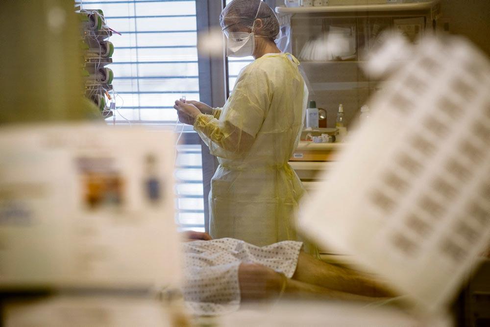 Алис работает медсестрой в объединении парижских больниц. Она занимается подготовкой всеобщей протестной акции во вторник, 16 июня. Сначала мы договорились встретиться в четверг в конце её смены. Однако ей позвонили и срочно попросились остаться подольше.