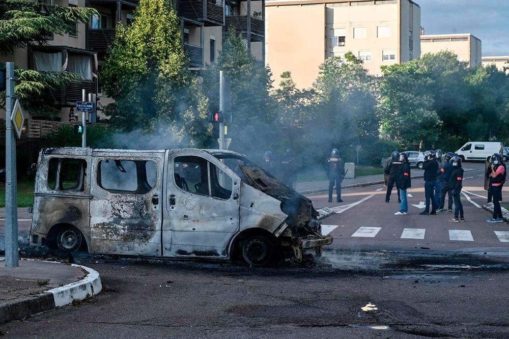Как сообщает полиция, в столице Бургундии четыре дня не прекращаются столкновения между «несколькими десятками чеченцев» и жителями квартала Грезий.