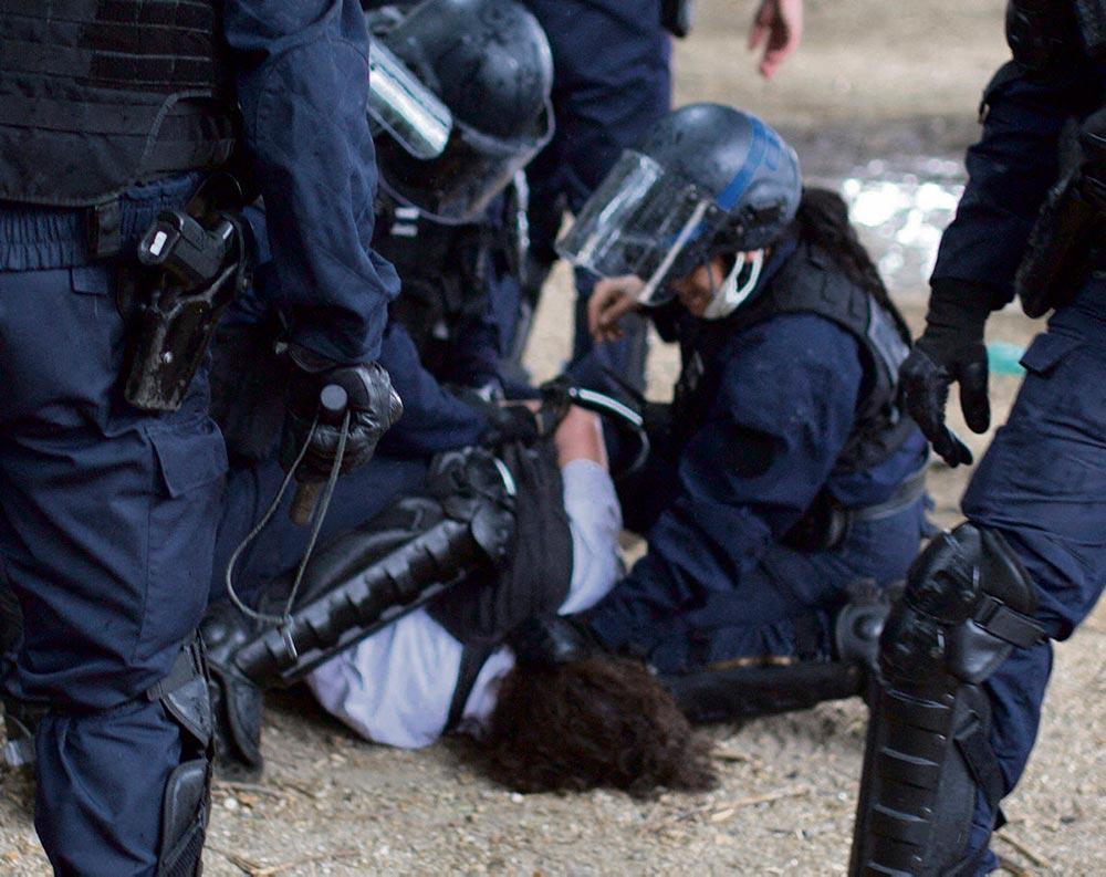 Грубое задержание этой участницы проходивших в Париже в минувший вторник протестных выступлений медиков вызвало волну возмущения. Проведя немало часов за решёткой, женщина была освобождена в среду днём, перед началом митинга, организованного у здания полицейского комиссариата 7-го округа.