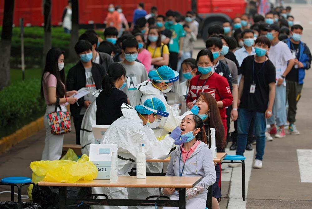 Число новых заражений Covid-19 на планете в последние дни велико как никогда. ВОЗ призывает страны объединить усилия, но крупнейшие державы заняты гонкой за потенциальной вакциной.