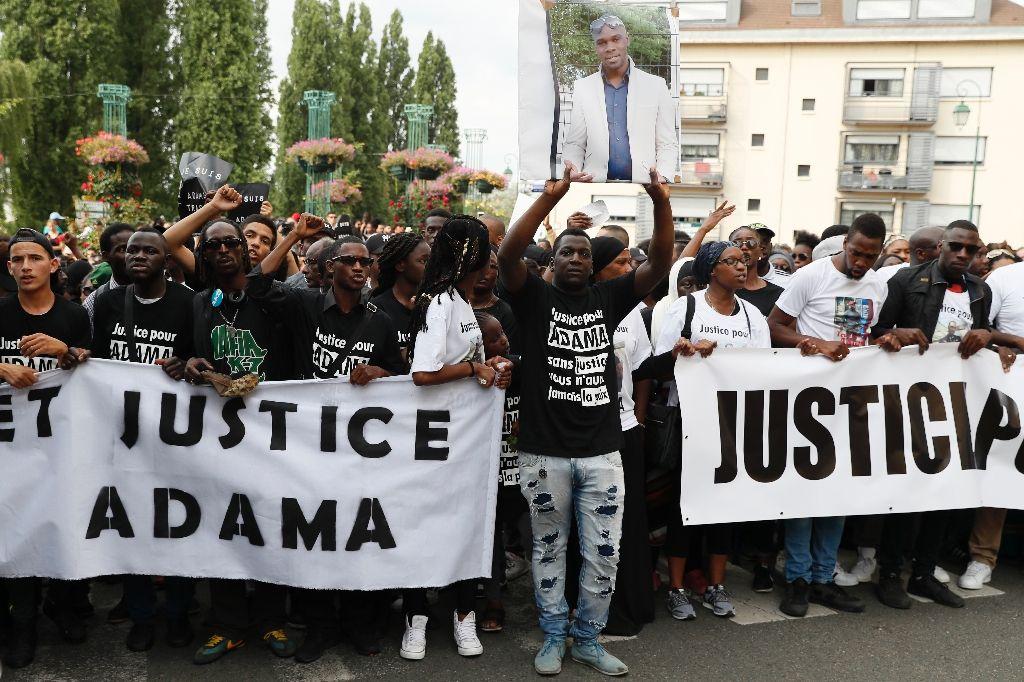 Новая судебная экспертиза снимает вину с жандармов. Члены «Комитета Траоре» созвали акцию протеста перед зданием суда.