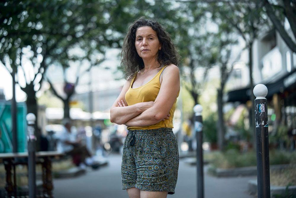 При задержании Фариды К., участницы проходившей в Париже 16 июня манифестации медицинских работников, были использованы грубые силовые приёмы. Надеясь стереть из памяти впечатления от этого жестокого ареста, медсестра хочет на несколько дней уехать за город, но перед отъездом она согласилась рассказать нам о том, что ей пришлось пережить.