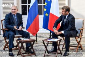 26 июня состоялись переговоры между Эммануэлем Макроном и его российским коллегой Владимиром Путиным. Беседа проходила в режиме видеоконференции. Стороны уделили большое внимание вопросу о ситуации в Ливии. Эммануэль Макрон принял приглашение Владимира Путина в конце лета посетить Россию.