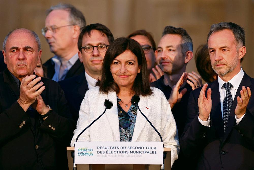 Кандидат от партии социалистов во второй раз избрана мэром столицы по итогам кампании, в ходе которой движение «Вперёд, Республика!» активно рубила сук, на котором сидит.