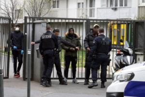 Генеральная инспекция национальной полиции начала около двадцати расследований в отношении сотрудников службы безопасности в департаменте Сен-Дени, причастных к незаконной торговле, вымогательству, грабежу, подлогу и насилию.