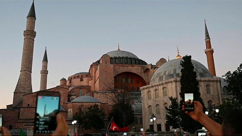 В стремлении к статусу регионального гегемона, президент Турции превращает бывшую базилику в мечеть. Его решение нарушает хрупкое равновесие, сложившееся после того, как Мустафа Кемаль Ататюрк придал этому храму статус музея, и может стать камнем преткновения между представителями двух конфессий.