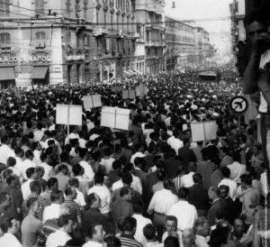Через 15 лет после смерти Муссолини, с благословения правительства на авансцену политической жизни Италии вышло Итальянское социальное движение (MSI), позиционирующее себя как фашистское. Последней провокацией стало намерение этой партии провести съезд в Генуе – городе, известном как один из центров движения Сопротивления. В городе вспыхнули выступления протеста, вскоре охватившие всю страну...