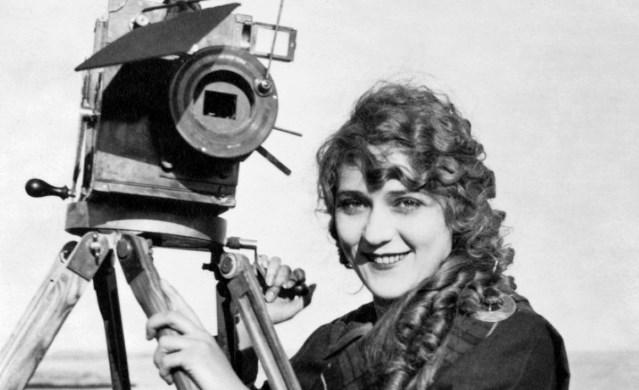 «Мне пришлось трудиться, чтобы зарабатывать на жизнь», - ясным и озорным голосом говорила, словно извиняясь, первая в мире женщина-кинорежиссёр в радиоинтервью 1957 года, которое бережно сохранили в Национальном институте мультимедиа (INA). Тогда Алис Ги было уже 84 года, но её имя было знакомо немногим, даже несмотря на награждение Орденом Почётного легиона.