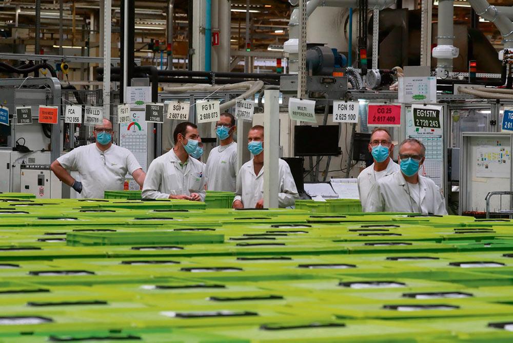 Компания Valeo планирует сократить фонд заработной платы во Франции на 10%, рассчитывая получить 100 миллионов евро и не брать при этом обязательств по сохранению 12 000 рабочих мест и 15 заводов. В первом полугодии штат фирмы уже сократился на две тысячи единиц.
