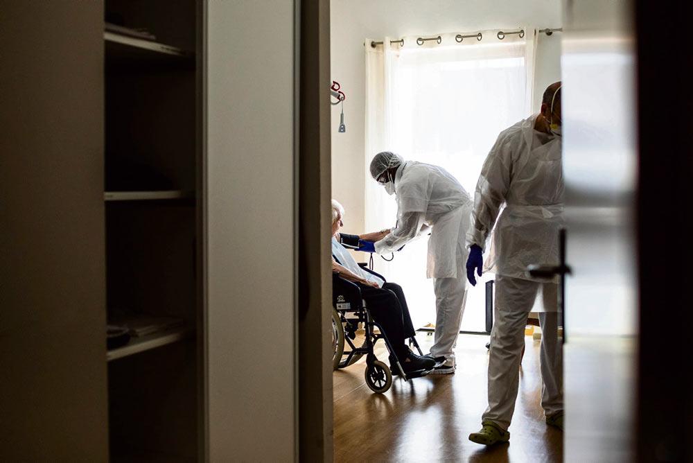 Вызывает тревогу рост числа новых случаев заражения COVID-19 в домах престарелых. Как считают работники системы здравоохранения, принимаемых правительством мер недостаточно для предотвращения потенциальной катастрофы, которая может произойти в любой момент.