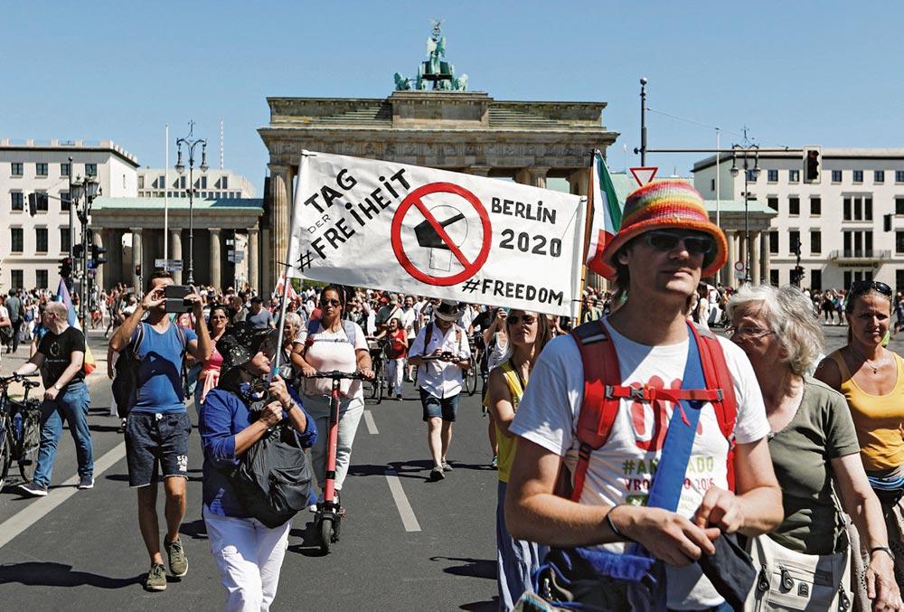 Тысячи активистов вышли в субботу на улицы германской столицы в знак протеста против действий правительства, направленных на борьбу с пандемией коронавируса, жертвами которого уже стали 9 226 жителей страны.