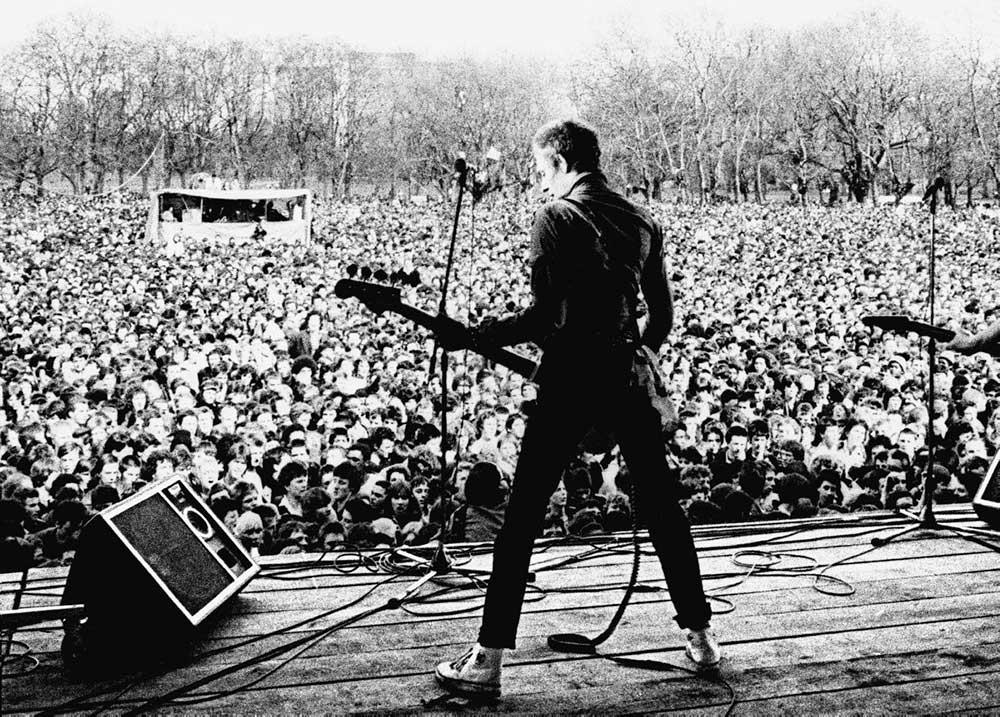 Столкнувшись с ростом ультраправых настроений в Великобритании в конце 1970-х годов, небольшая группа активистов организовала концерты, чтобы объединить борьбу. Это увлекательная история солидарности.