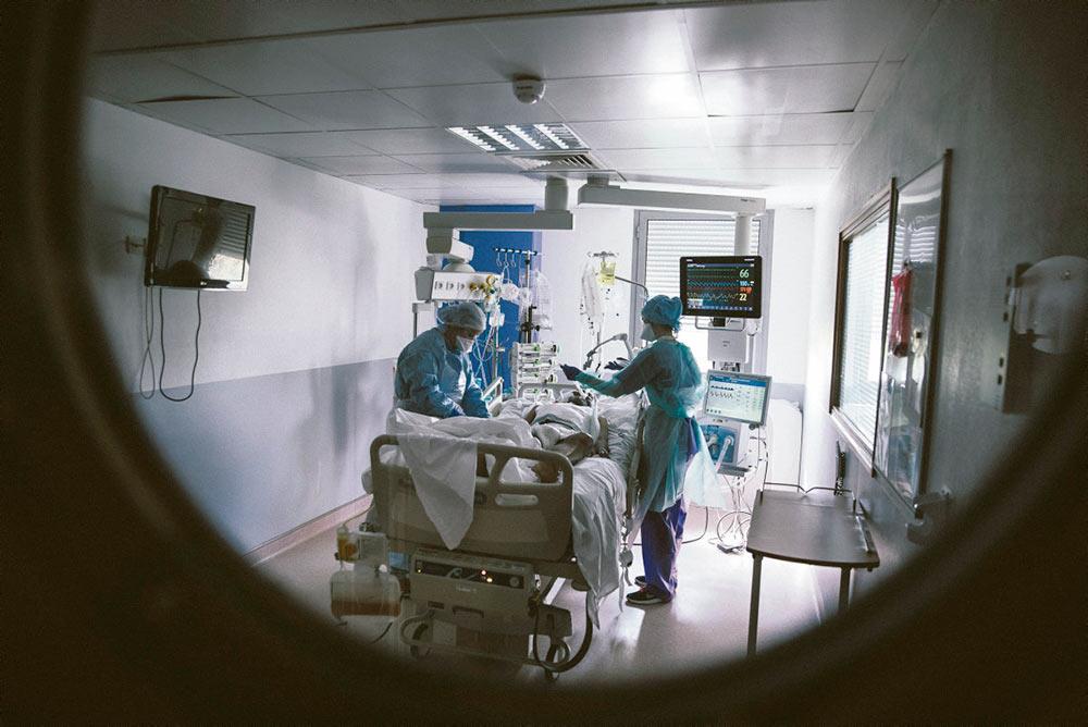 По информации из профессиональных кругов, во Франции не хватает около 1 000 врачей-реаниматологов. Этот дефицит может привести к трагическим последствиям даже в обычных обстоятельствах, но в период кризиса, обусловленного эпидемией или жарой, он ощущается особенно остро.