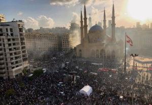 После продолжавшихся в течение всего дня столкновений между протестующими и силами безопасности, ливанская власть даёт первые трещины. Это выражается в отставке депутатов и министров.