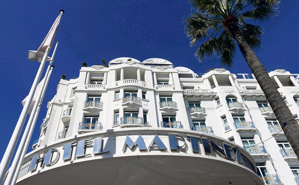 Несмотря на государственные дотации, крупные компании гостиничной отрасли начали избавляться от своих сотрудников. Самых незащищённых уже пустили «в расход», чтобы отели комфортнее пережили кризис.
