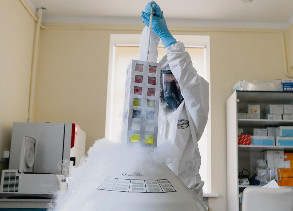Владимир Путин рассчитывает, что заявление о регистрации первой вакцины против Covid-19 принесёт политическую и экономическую выгоду. Зато повысится риск нарушения санитарных норм, соблюдение которых необходимо для безопасности пациентов.